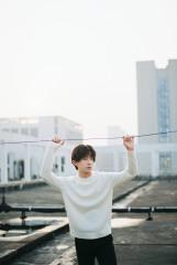郑好天台写真大片质感满分 简约时尚描绘冬日浪漫彰显少年活力