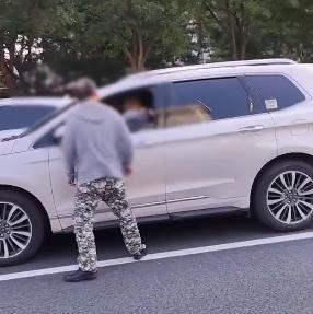 """警方通报""""大爷朝后车司机辱骂吐口水"""":拘留!"""