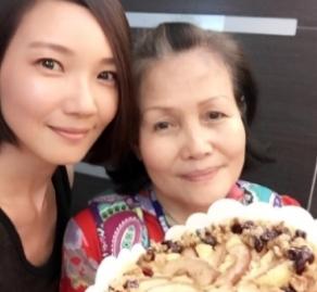 45岁女演员转行送外卖,独自搬整车盒饭送同事,做体力活显心酸