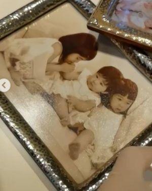 黎姿擦拭相框公开仨女儿幼时正面照 双胞胎像爸爸