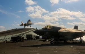 """英航母进南海放出F-35,被卫星拍下""""全家福"""""""