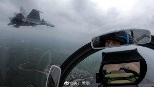 歼15战机雨中飞行 飞行员第一视角镜头曝光