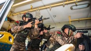 广西来宾:武警特战队员开展公交车反劫持演练