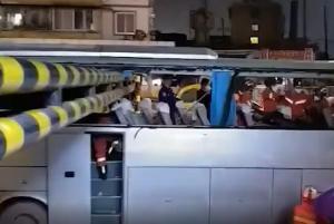 广西一大巴撞限高杆被削顶 已致7人受伤