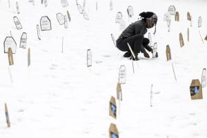 美国雪地墓碑纪念因警察暴力执法遇难者