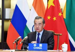 """王毅:不能任由少數國家的""""規則""""來取代國際法"""