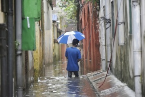 印度加尔各答遭遇季风性暴雨