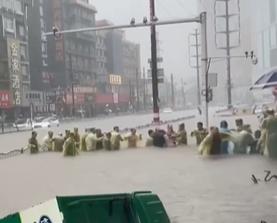 暴雨中感人一幕!郑州市民喊着号子齐心救人