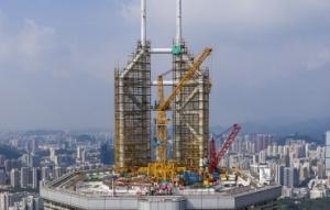 深圳赛格大厦楼顶桅杆进行拆除