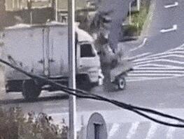 哈尔滨4名未成年人开电动三轮撞大货车死亡