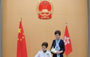 香港海关关长就职背景首现国徽