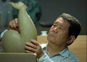 一个陶瓷艺术大师的人间正道——记淄博华光国瓷艺术设计总监何岩