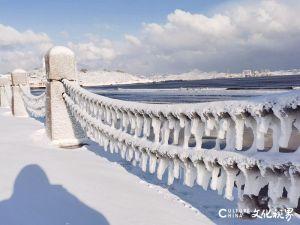 """白雪皑皑,海浪翻涌,冰凌如柱——暴雪后的烟台宛如回到""""冰河世纪"""",壮美如仙境一般"""