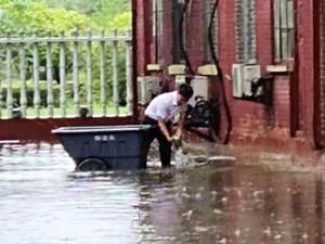 明德物业郑州城市公司连续24小时奋战防汛一线,全力守护业主生命财产安全