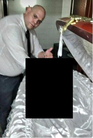 """激起众怒!殡仪馆工作人员晒与马拉多纳遗体""""自拍""""被开除,愤怒的球迷""""要他死""""!"""