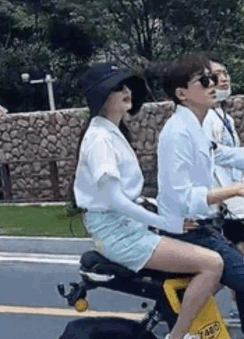 张雨绮携小男友合体录节目捞金 共骑摩托氛围甜蜜