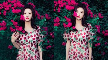 景甜穿草莓裙立花丛中明媚动人