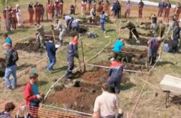 俄罗斯举办挖坟竞速赛