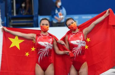 中国姑娘包揽蹦床冠亚军!