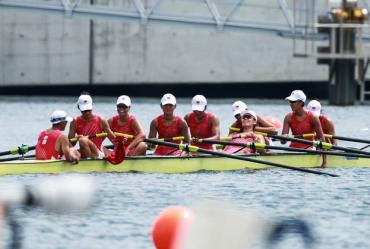 中国摘女子八人单桨有舵手铜牌