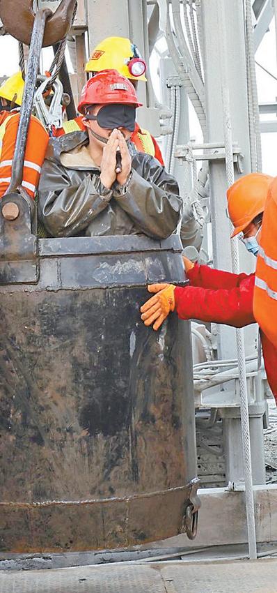 栖霞已发现被困矿工全部升井 被困矿工升井后双手合十感谢救援