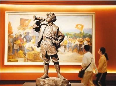6月23日,观众在中国国家博物馆参观《无声诗里颂千秋——美术经典中的党史主题展》。  杜建坡摄(人民图片)