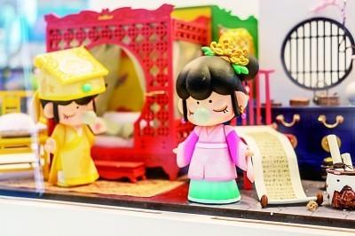 人们在选购潮流玩具。王冈摄/光明图片