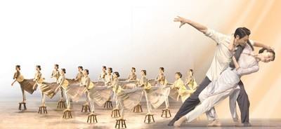 """图分别为舞剧《永不消逝的电波》中""""晨光曲""""群舞、李侠与兰芬双人舞。"""