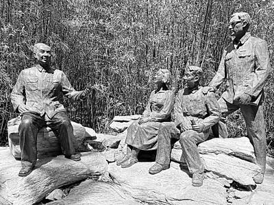 """坐落于中国人民大学校内的雕像""""吴玉章校长与学生在一起""""。图片由中国人民大学档案馆提供"""