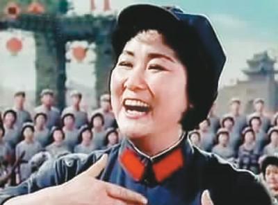 电影《红军不怕远征难——长征组歌》剧照:马玉涛独唱《报喜》。 本文配图未标明作者的均来自百度图片