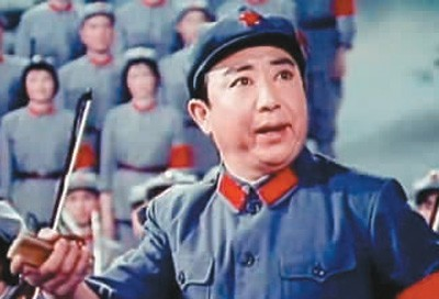 电影《红军不怕远征难——长征组歌》剧照:马国光领唱《四渡赤水出奇兵》。