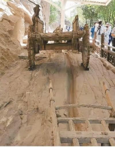 """云冈石窟第1至3窟前的古道上至今仍留有深深的车辙印。在世界遗产的视角下,云冈研究者开始从""""文化线路""""的视角新增添了对自身资源的认知。  本报记者 齐 欣摄"""