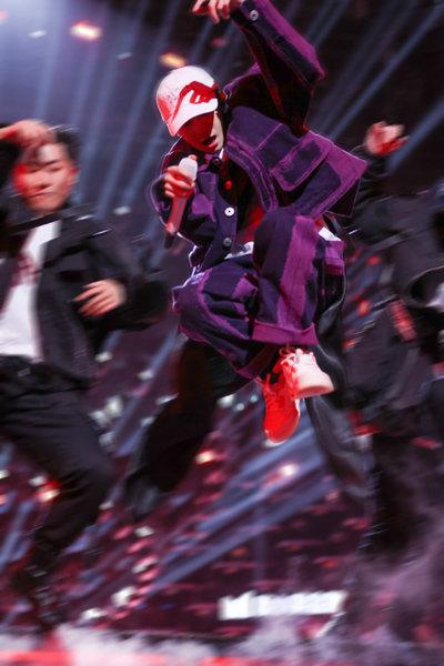 王源双台跨年忙 四首不同曲目展现多变舞台表现力