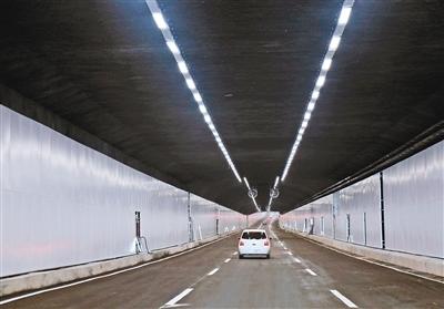 车辆在奥体隧道内行驶。 西安晚报记者 谢伟 摄