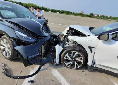 特斯拉Model Y和极狐阿尔法S模拟公路情况碰撞测试,后者侧气帘未弹开