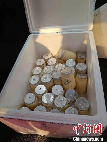 居民制作饮品送给采样医护 广州市红十字会医院供图