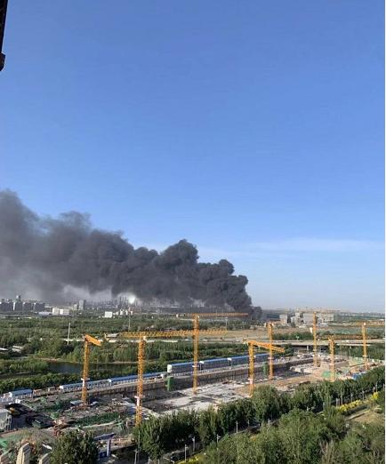 北京朝阳一露天废品收购站着火,消防员正加紧处置