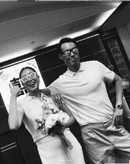 杨祐宁与妻子登记现场照曝光 姐姐温馨送祝福