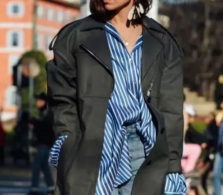 经典蓝白条纹衫,青岛银行时尚达人演绎下班后的潮流style