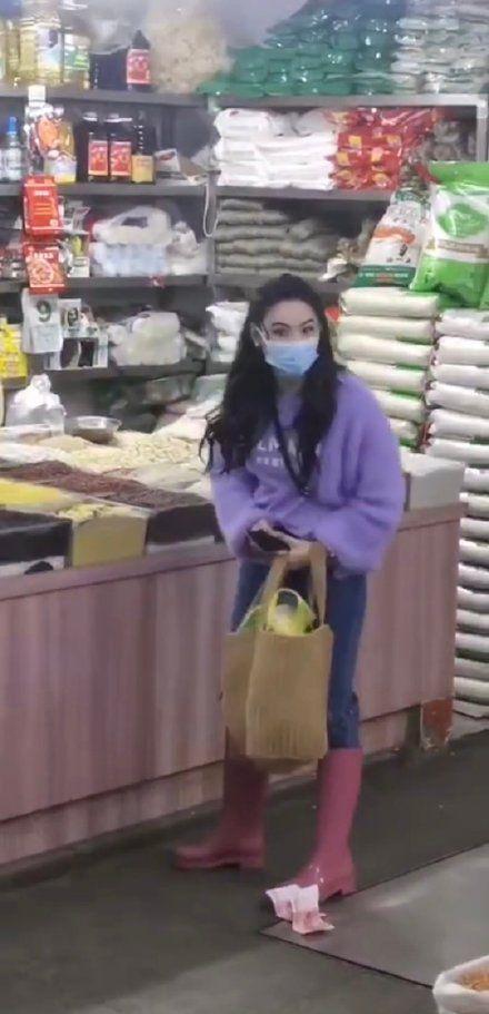 张柏芝独自逛菜市场穿着休闲 小腹隆起疑怀四胎?