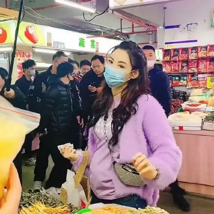 张柏芝长沙逛超市被偶遇 大方与粉丝合影超贴心