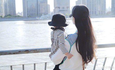 唐嫣晒女儿背影照  网友:摄影师是老公罗晋?