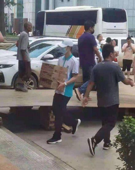 王一博当志愿者送物资 身体力行帮助被困群众