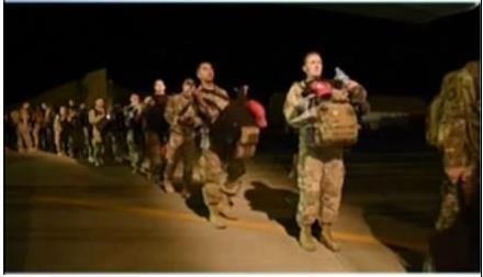 塔利班鸣枪庆祝美军撤离
