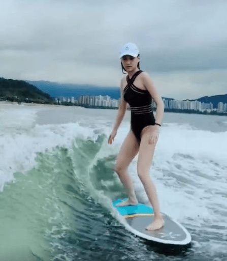 何超莲穿泳衣玩冲浪大秀好身材 不见男友窦骁