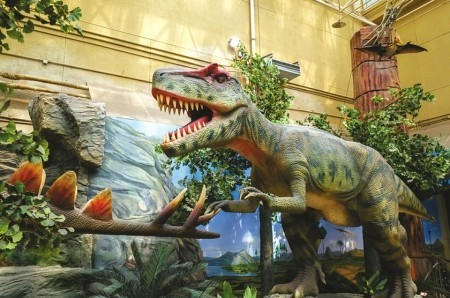 北京自然博物馆内复原的恐龙栩栩如生。  图据北京自然博物馆官网
