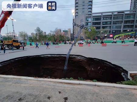 西安雁翔路发生道路塌陷事故 一女子骑车掉入坑中