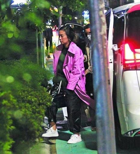 萧敬腾与大13岁女友贴脸自拍 节目中间接承认关系