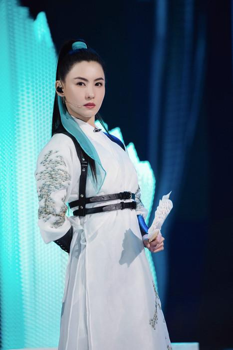 张柏芝《红颜旧》舞台造型一身白衣化身侠女英姿飒爽
