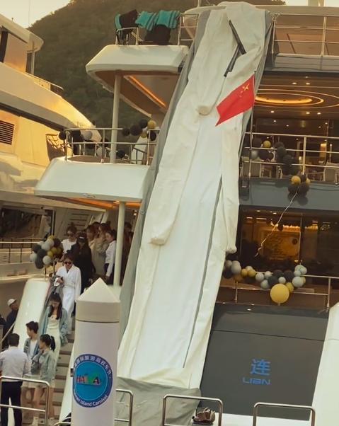 王思聪乘私人飞机带网红庆生 包游轮3小时20万